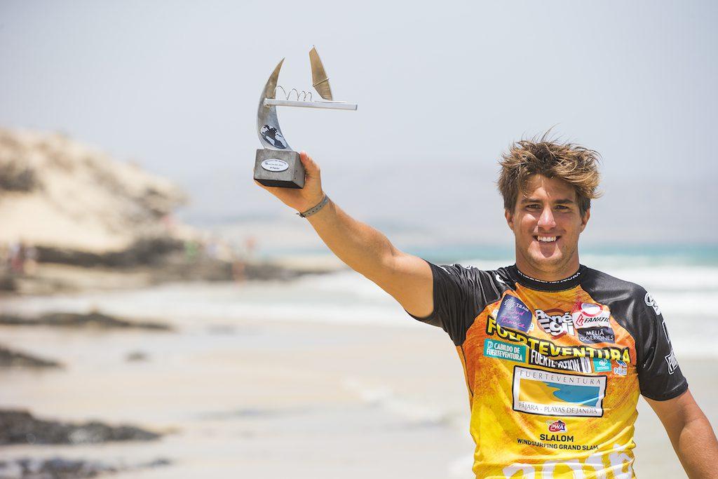 ▲Pierre Mortefon(F-14) 6歳でウインドに触れ、11歳のとき「近所の地中海で」本格的にウインドを始める。2004年、PWAツアーにデビュー。以来情熱とキャリアを結びつけるべく努力を重ね、穴のない速さを獲得、世界のトップスラローマーの一人となる。'14年から'16年までのPWAスラローム世界ランキングは3位、2位、2位。1989年、南フランス・ナルボンヌ生まれ。ポールラヌーベル(Port la Nouvelle)在住。27歳。