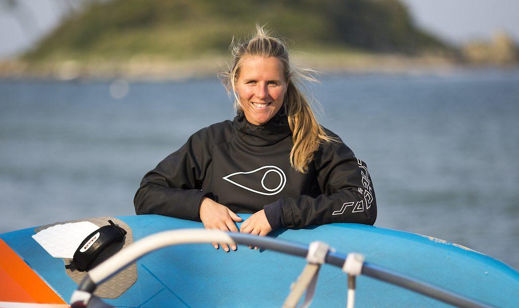 ▲Delphine Cousin Questel(FRA-775)海まで2メートルの家で育ち、11歳で「そうなるべくして」ウインドを始める。2012年、PWAユース・スラロームチャンプとなり、翌2013年と2014年にはPWAレギュラーツアーを連覇、2 × ワールドチャンプに。過去には『テクノ293 ワンデザインクラス』や『RS:X オリンピッククラス』も経験。艇速はもとより、戦術・戦略的にも穴のないレーサーとして定評がある。2015年と2016年のPWAスラローム・世界ランキンングは2位、3位。1991年生まれ、26歳。