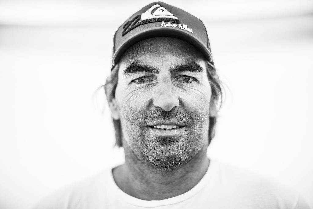▲Antoine Albeau(FRA-192)1977年、5歳のときに父の経営するスクールでウインドサーフィンを始める。 1992年、PWAツアーにデビュー。9 × PWA ワールド・スラローム・チャンピオン(2006~2010、2012~2015)。 2015年、ナミビア・リューデリッツで53.27ノット(98.65 km/h)のウインド世界記録を樹立したスピード・キング。 1972年6月17日生まれ、44歳。フランス西部イル・ド・レ島在住。185cm、100kg。