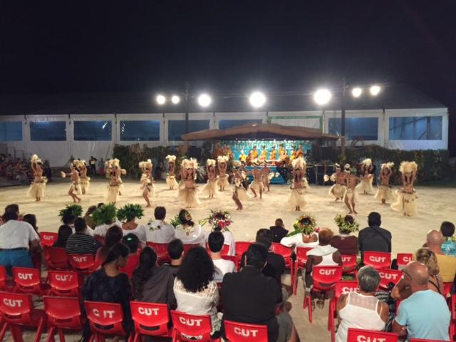 7月8日。タヒチアンダンスのコンテストを観賞。 トントントコトコ、スットントコ。