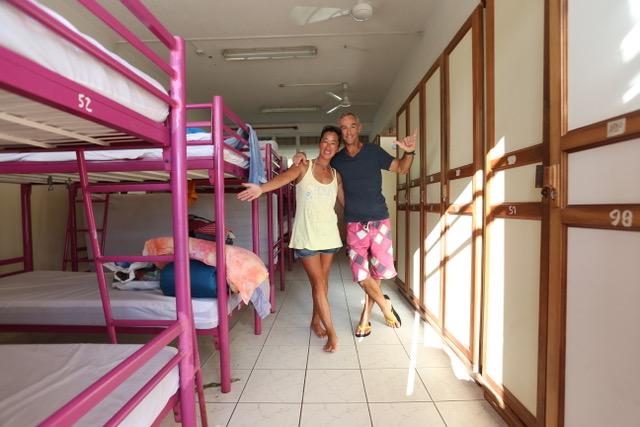 ライアテア島の宿舎はこんな感じ。二段ベッドの枠組みがカーキ色じゃなくてよかった。 この島にはこんなピンクもよく似合う。結構快適な合宿所でした。