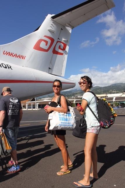 タヒチ島の首都パペーテの北西約192kmの地点に浮かぶ ライアテア島までは、直行便で約45分。上空から見る ラグーンはサファイヤ色だったりエメラルド色だったり。 この海で遊べる(いや、仕事ができる)と思うと、 そりゃあテンションも上がります。