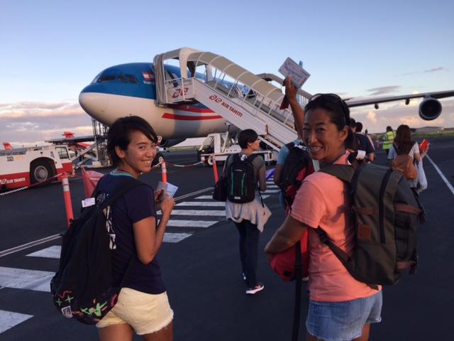 大会スポンサーの『AirTahitiNui』で帰国につく。 07:10 発で約12時間後には成田着。日本もライアテアも恋しい。 また来年。それにしても文子さん、黒過ぎ。そこだけ露出アンダー。