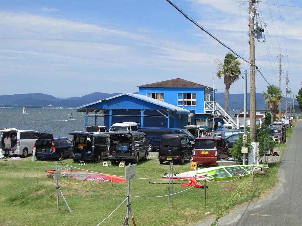 8月26日、土曜日。各地からの遠征の方々も含めて村櫛海岸は100名近くの ウインドサーファーで埋め尽くされておりました。ず~と北側のビーチまでウインド車で一杯!。