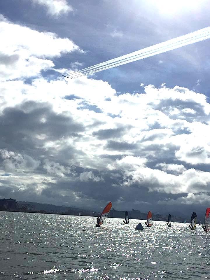 レース海面の上空でブルーインパルスが編隊飛行。 『清水港祭り』の一環で、週末を盛り上げてくれました。