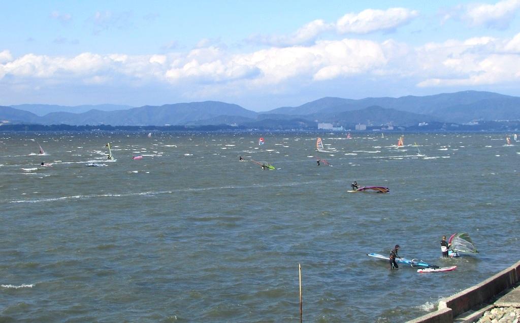 11月4日、土曜日。浜名湖村櫛海岸。北西のオンショア。遠浅だから強風トレーニングにも最適。