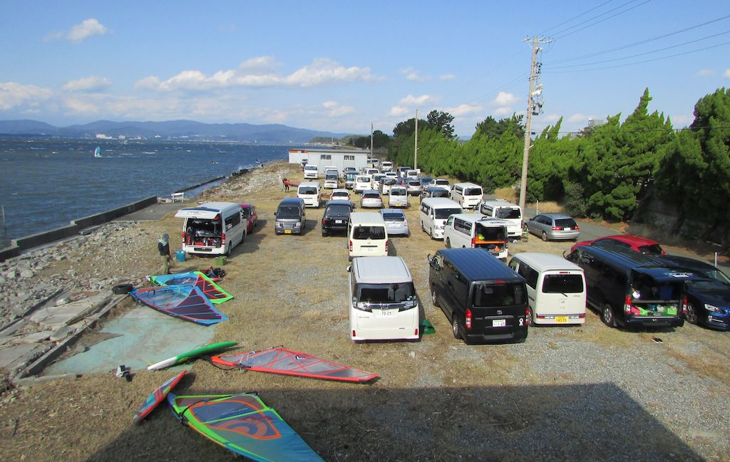 村櫛海岸・有料駐車場の収容台数は100台以上。料金を頂く際には必ず当日の天候のこと、 そして地元の漁に関することなど、注意事項をご説明させて頂いております。よろしくお願い致します。