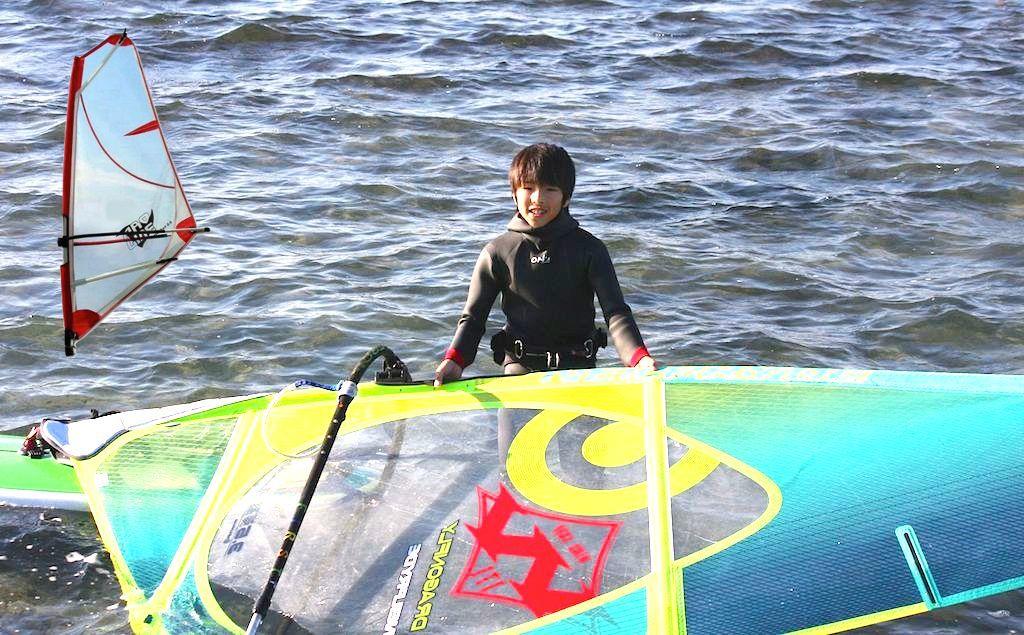 Takumi Moriya(J-1171)守屋拓海、2006年8月27日、静岡県浜松市村櫛町生まれ、11歳。141cm、31kg。 左上は小学校1年生のときに初めて使った『プロライン』のキッズ用セイル2.5㎡。 「今でも一番子供が扱いやすいセイルだと思っています。ただもう売ってないのかな?」とお父様談。