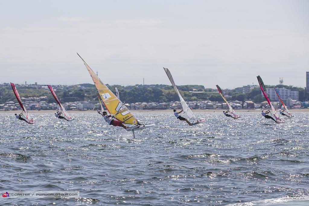 Heading Upwind / ⓒJohn Carter_pwaworldtour.com フォイル・2レース終了時の暫定順位=1位ゴンザロ・コスタ・ホーベル(ARG-3)、 2位ジュリエン・ボンテンプス(FRA-6)、3位アントワン・アルボー(FRA-192)