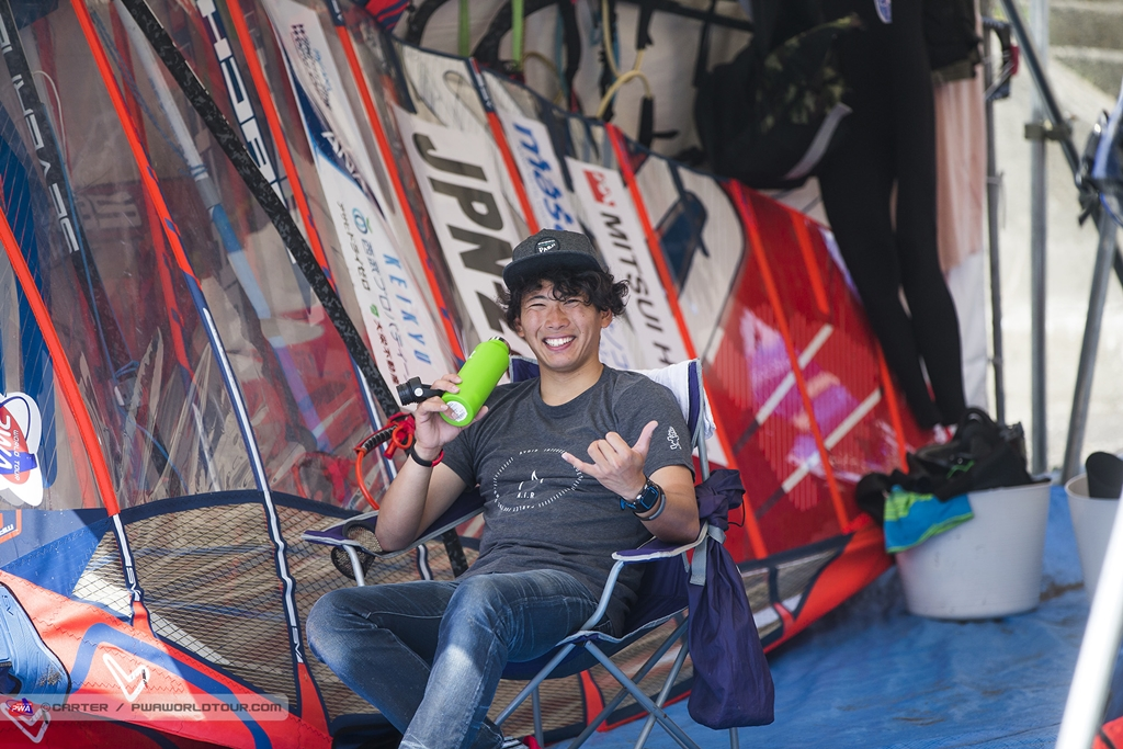 Tomonori Anami(JPN-60)Chilling Before_Heats ⓒJohn Carter_pwaworldtour.com