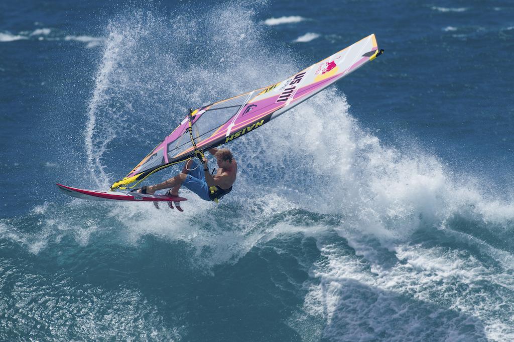 「サーフィンの神様」ジェリー・ロペスと「ウインド界の帝王」ロビー・ナッシュの絆は深い。2014年からはジェリー・ロペス・デザインのサーフボードをナッシュが販売してもいる。Robby Naish, 2017_ⒸNaish_Erik Aeder