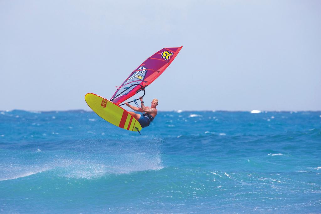 『JP_FREESTYLE WAVE』Rider=Amado Vrieswijk(NB-20) うねりや波に合わせやすく、ウェイブボードより数段高いスピード性能を有する。 スモールサイズの「フリースタイルウェイブ・ボード」は「強風用マルチボード」とも言える。 Photo by JP_Thorsten Indra
