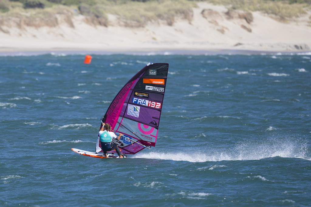 2018年PWAポルトガル大会、5.6㎡で強風海面をぶっ飛ばすアントワン・アルボー(F-192)。そのわりには力感がないと思いませんか? だからこそブローにも幅広く対応できるのだろうと思います/ⒸJohn Carter_pwaworldtour.com