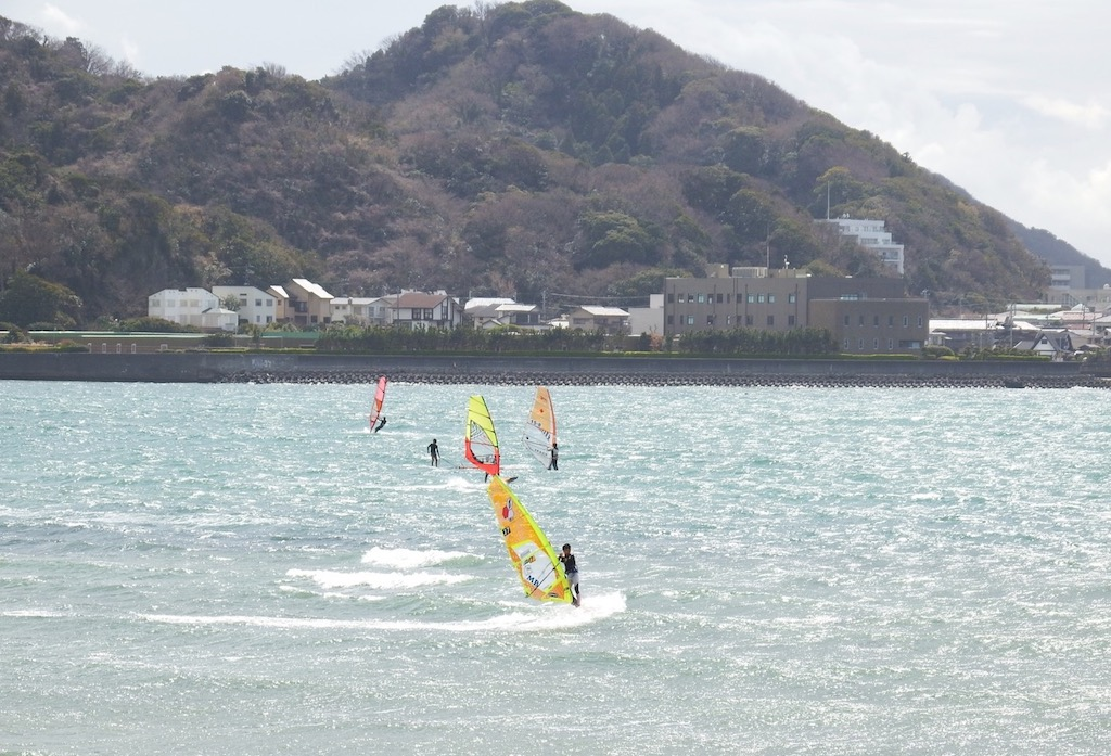 2019.03.21_Zishi Beach, Shonan, Kanagawa, Japan/真ん中の黄色いセイルは杉匠真プロ(J-7)