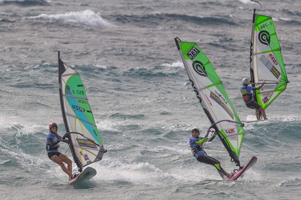 波に乗ると(乗ってしまうと)どうしていいかわからなくなる? ノーズを上げれば減速し、ノーズを下げれば加速する。このことさえ知っていれば、波の上でのスピードコントロールが可能になり、怖さも不安も半減する(しますよね)/Pozo, Gran Canaria, Spain 2018_Youth Action ⒸJohn Carter_pwaworldtour.com