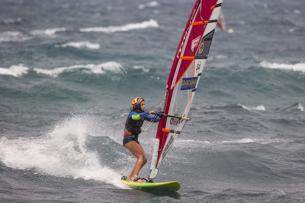 ヒザ、腰、頭がきっちりボードに乗った波乗りフォーム。この状態ならインレイルへの加重もイージー。 Pozo, Gran Canaria, Spain 2017_Youth Action ⒸJohn Carter_pwaworldtour.com