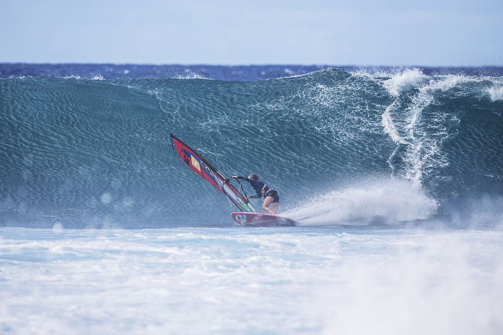 横っ走りからレイルを入れればボトムターン。そんなに簡単にはいかないけれど、やりたい動きに近づくことはできる。 Sarah Hauser(NC-6)Aloha Classic 2019 / ⒸJohn Carter_pwaworldtour.com