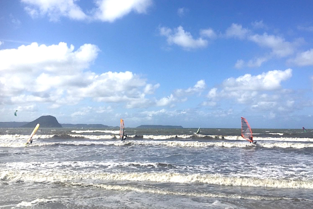 台風が通過したあと。北東が吹いた日。腰〜腹サイズの波でプチ・ウェイブ。