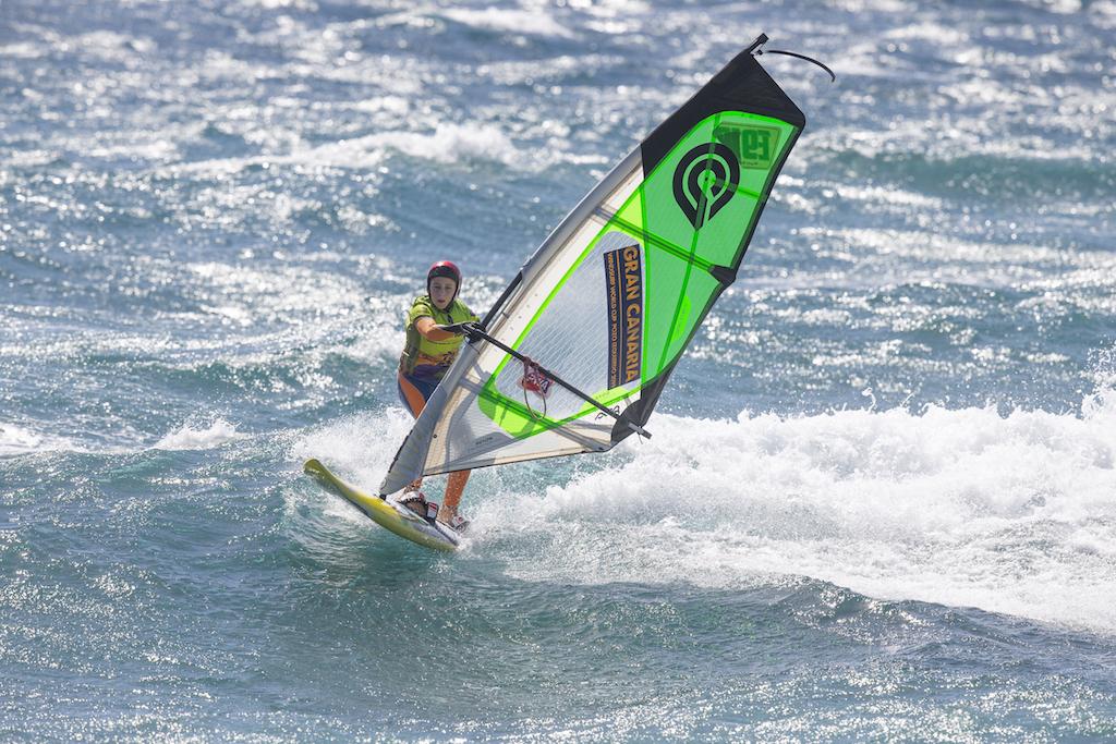 波に乗ったらボードに乗る。風のパワーをオフにする。身体を起こしておけば、波のボトムへ、フロントサイド方向へとボードを走らせていくことが可能になる。ノーズはもう少し下げておいた方がいいけれど。 Youth @ Gran Canaria 2019 / ⒸJohn Carter_pwaworldtour.com