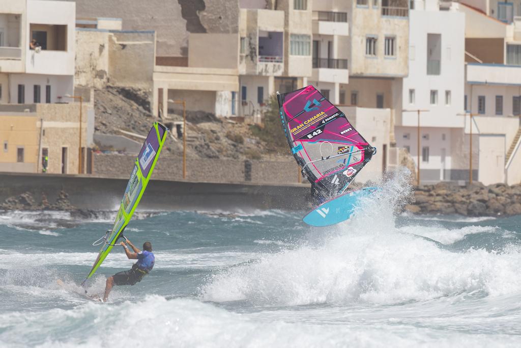 風・波ウェルバランスセンサーの精度を高めれば、サーフィンのようにも動けるし、ウインドサーフィンならではの動きもできるようになっていく。 Victor Fernandez(E-42)@ Gran Canaria 2019 / ⒸJohn Carter_pwaworldtour.com