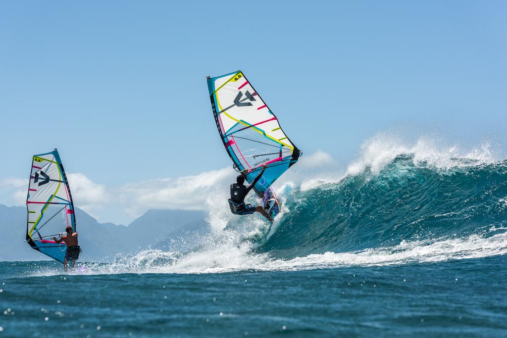今季多くのドラマを生みそうなスペインの新鋭、マルク・パレ(22歳)。風に対して小さめの道具で、まさにサーフィン的ウェイブライディング。風に引っ張られる割合を小さくすることで、波のパワーを感じやすくなり、最適なラインを見つけやすくもなる。Marc Paré(E-334)/ ⒸDuotone 2021_FishBowlDiaries