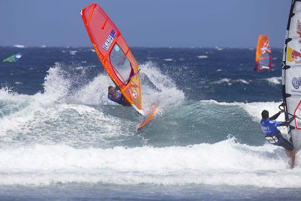2018、2019年 IWTウェイブチャンプ、2019年 PWAウェイブランキング4位、アントワン・マーチン(27歳)。移動していく波のパワーポイントでテイクオフ、リッピング、さらに通り過ぎた「そこ」へとカットバック。エネルギーの安定供給が可能にするハイパーライド。Antoine Martin(F-193)@ Tenerife 2019 / ⒸJohn Carter_pwaworldtour.com