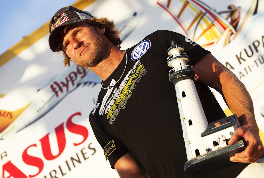 ▲ビヨン・ダンカベック_Björn Dunkerbeck(SUI-11)1986年、17歳でPWA(旧PBA)ワールドツアーにデビュー。'88年には帝王ロビー・ナッシュを破りオーバーオールチャンプに。'90年にはウェイブ、スラローム、コースレーシングの全種目を制し、ロビーに次ぐ二人目の完全王者となる。これまでに勝ち取ったワールドタイトルは42。今もスピード記録の更新を目指すなど新たな挑戦を続けている。1969年7月16日生まれ、51歳。 Björn Dunkerbeck(SUI-11)@ Turkey 2011 / ⒸJohn Carter_pwaworldtour.com