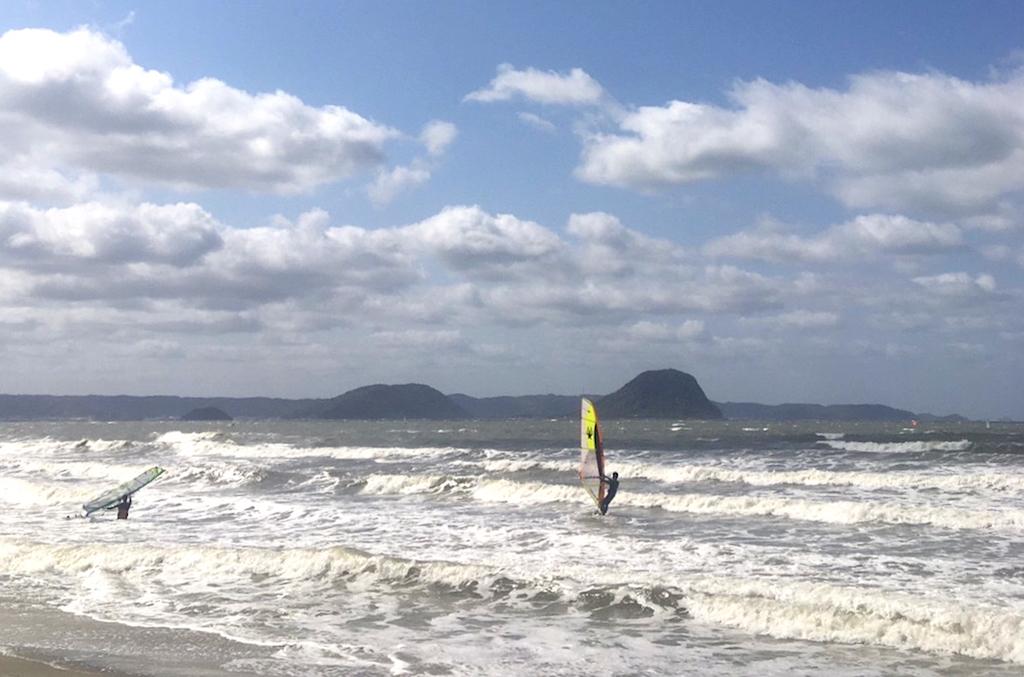 浜崎海岸。5㎡前後の風が入るとプチ・ウェイブ・コンディションに。